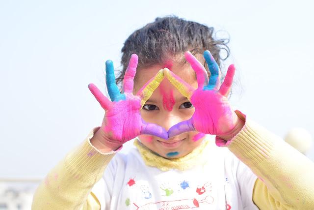 zabawy farbami, zabawy wpływają na rozwój dziecka