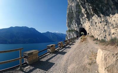Bellissimo sentiero con vista Lago di Garda e lago di Ledro