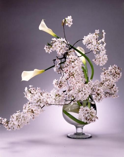 seni merangkai bunga dengan aliran ichiyo