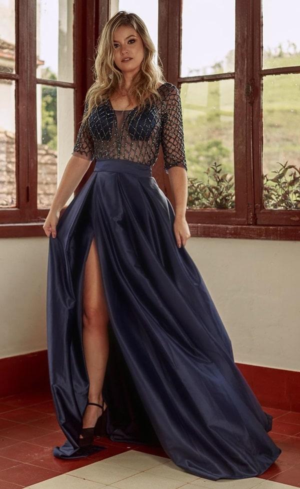 vestido de festa longo azul marinho com mangas e saia ampla com fenda