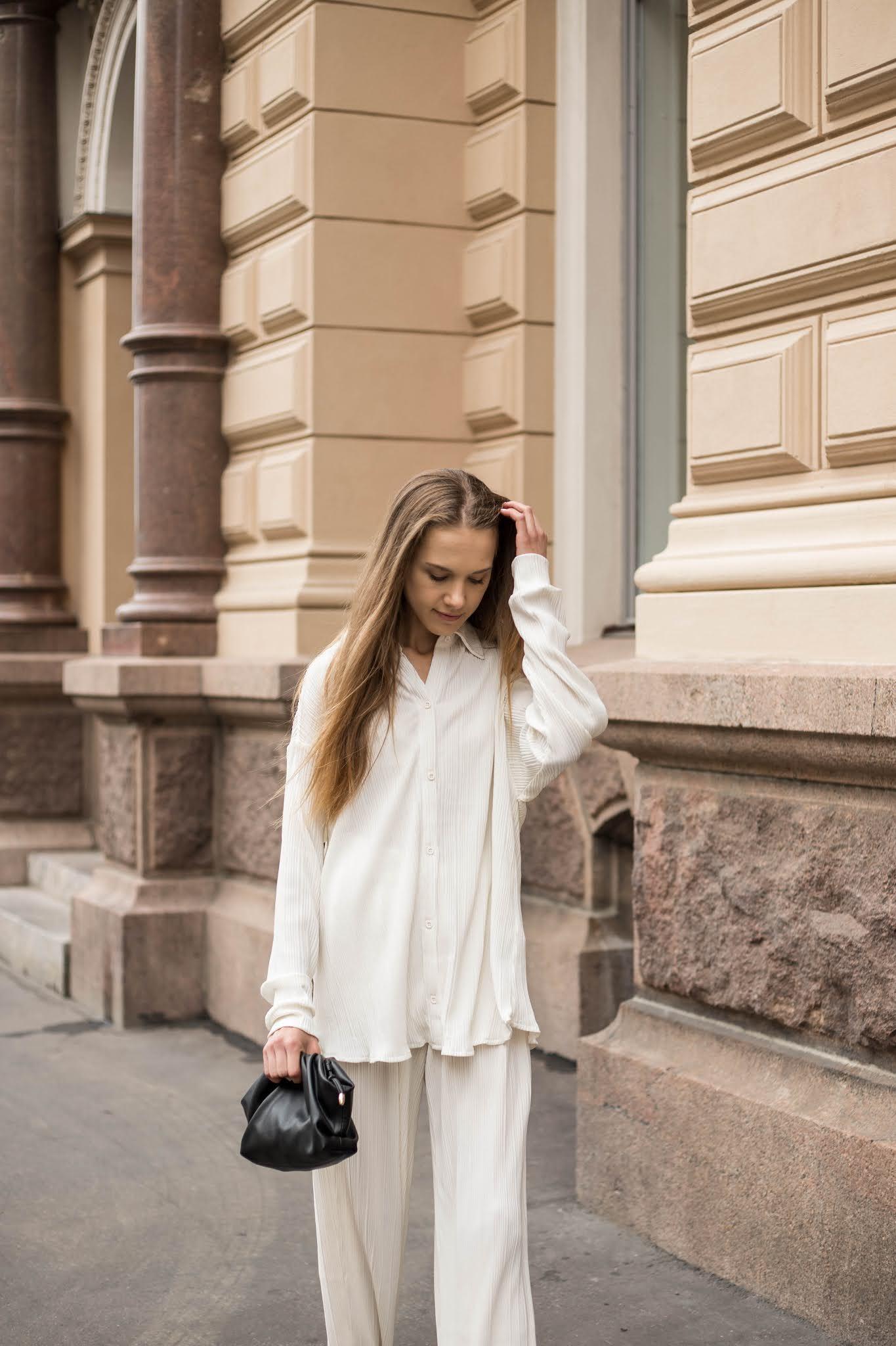 Valkoiset liehuvat housut ja paita // White floaty trousers and shirt