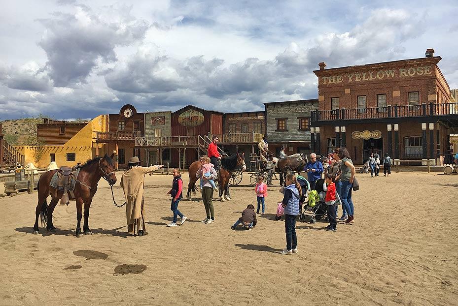 Niños montando a caballo