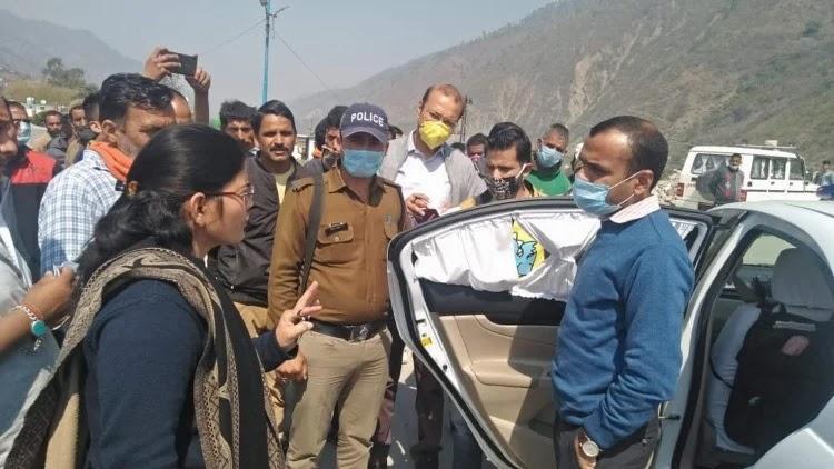 चिन्यालीसौड़ में क्षेत्र भ्रमण के दौरान खच्चर संचालकों की समस्या सुनते डीएम मयूर दीक्षित।