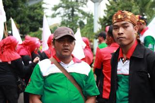 Sudarmanto & Arif   saat Aksi solidaritas tolak union busting mirah sumirat