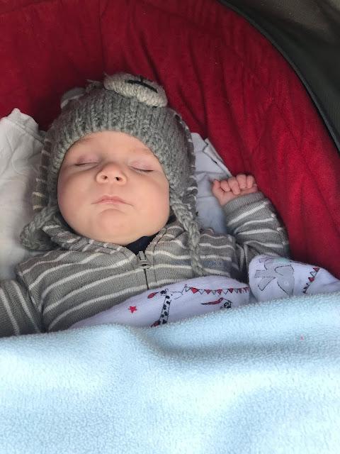 Tjelle schläft im Kinderwagen