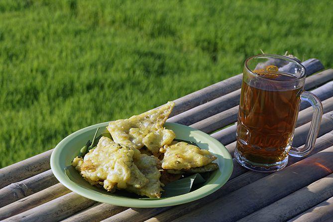 Menikmati mendoan dan teh panas di Mbulak Wilkel