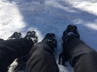 Raquetes para andar na neve no passeio Roca Negra em Bariloche
