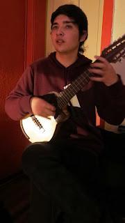 Felipe Sanchez usando charango Antilko de luthier Claudio Rojas