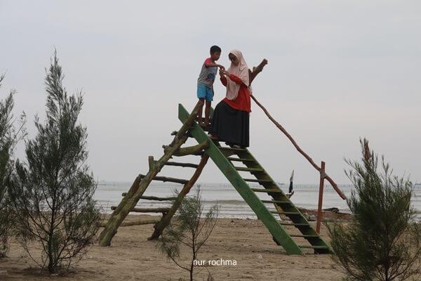 naik tangga di pantai cemara