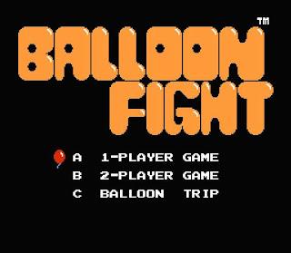 Captura de pantalla del videojuego de Nintendo FAMICOM de 1986: Balloon Fight. La imagen muestra una pantalla con el título arriba y abajo 3 opciones para seleccionar: 1 Jugador, 2 Jugadores, Balloon Trip