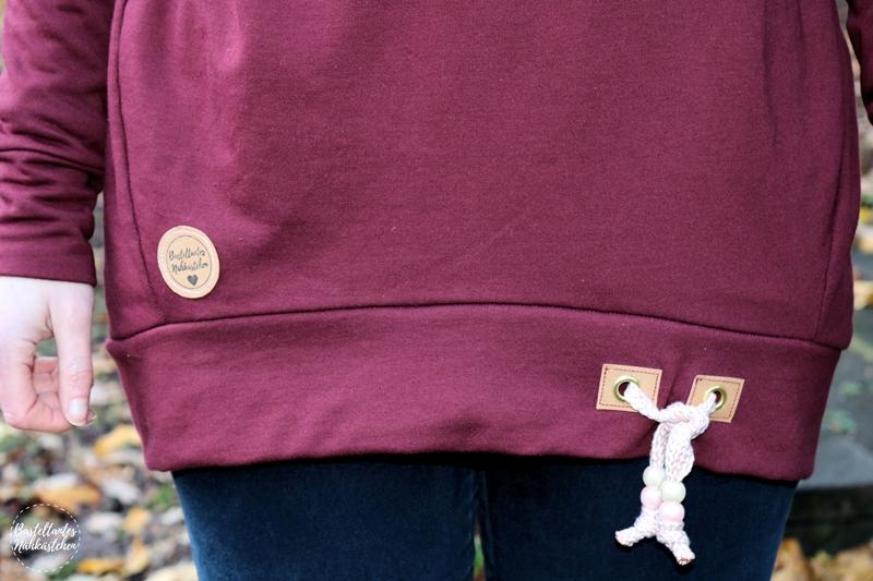 SnapPap Labels und Glitzer Kordel am Pullover Tante Herta aus bordeaux rotem Sweat Schnittmuster von Echt Knorke