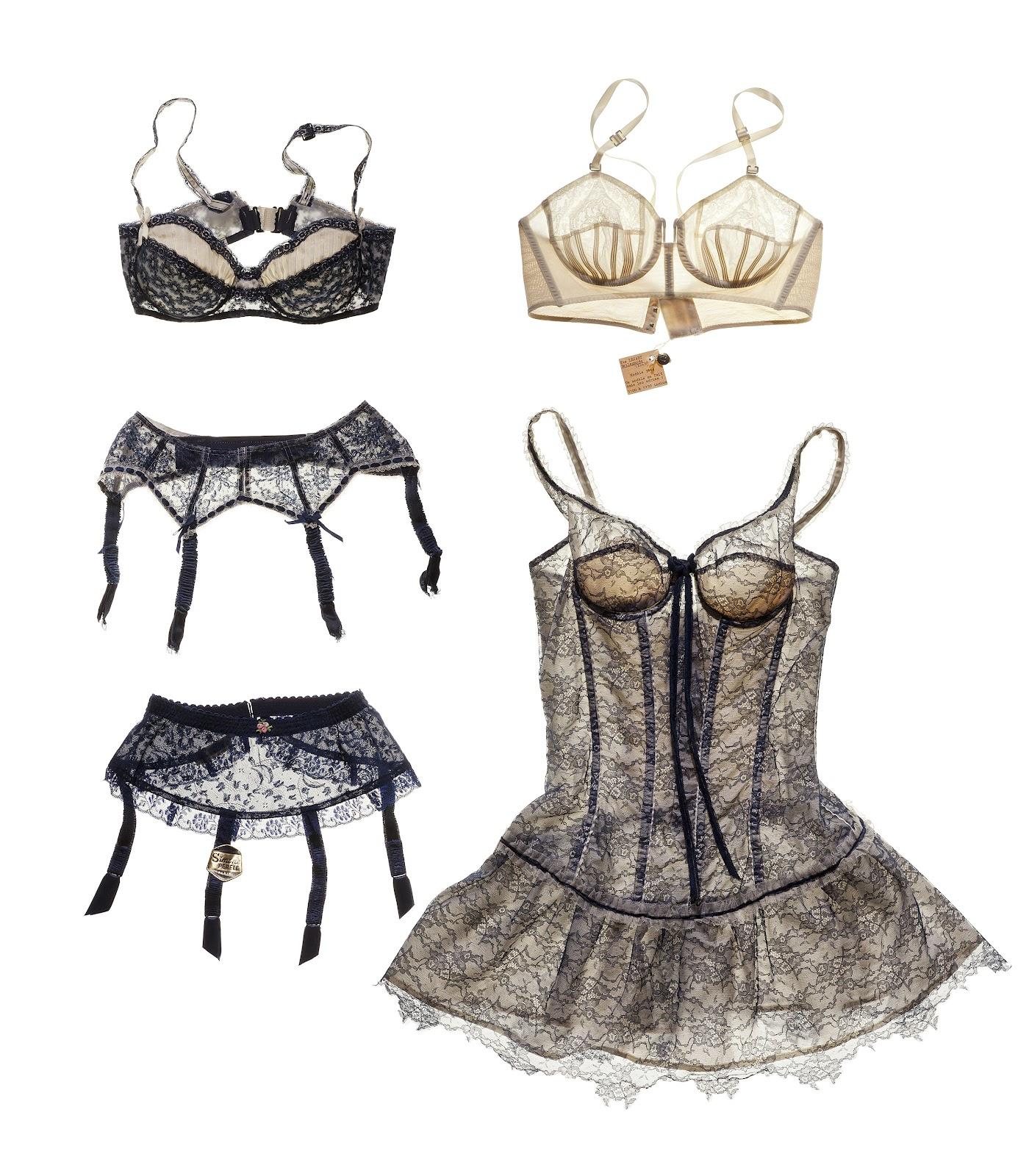 a5594366ab8 Soutien-‐gorge à armatures en dentelle de Nylon bleu marine et haut du  bonnet plissé en Nylon blanc. Dos et bretelles ajustables. Années 1950.