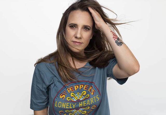 """Avec """"Happiness Is"""", Leanne Tennant laisse l'auditeur ébranlé et désireux d'appuyer immédiatement sur la relecture"""