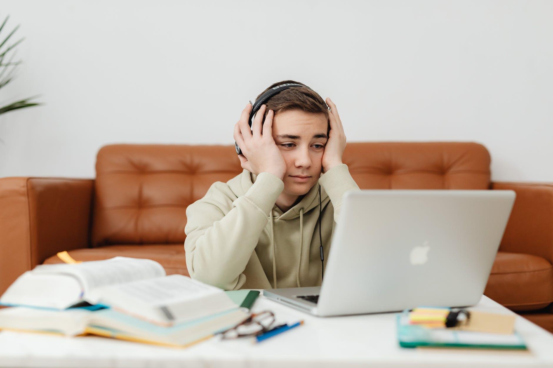 manfaat-dan-kerugian-pendidikan-virtual