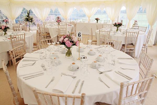 medidas de las mesas y los manteles para un banquete