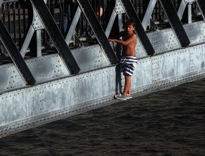 Menino a saltar na ponte Luis I no Porto