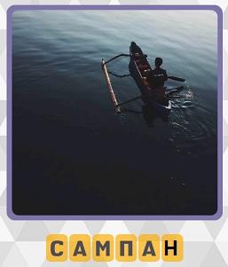 плывет сампан по воде с человеком внутри