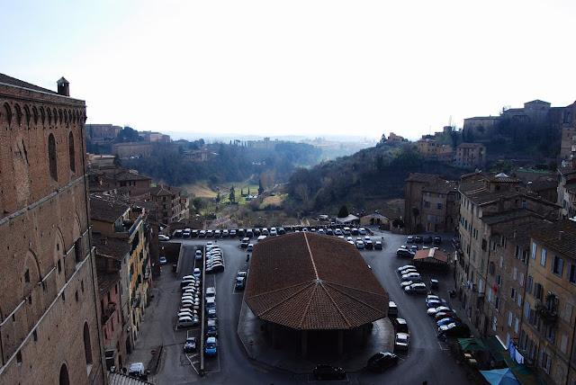Vue sur les halles et la campagne toute proche depuis le deuxième étage du palazzo