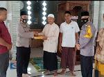Kapolsek Birem Bayeun Serahkan Al-Qur'an Untuk Mesjid Istiqamatuddin