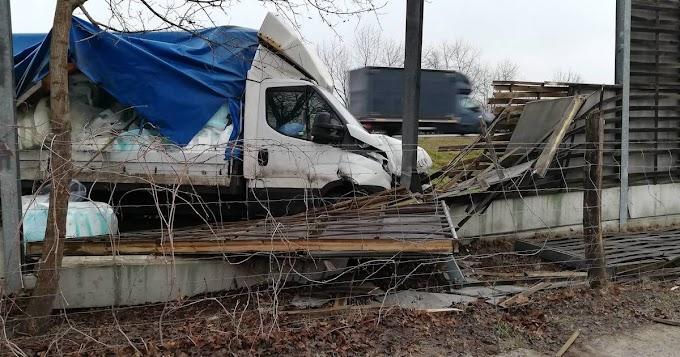 Letért az útról és árokba hajtott egy kisteherautó az autópályán