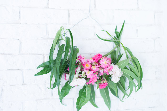 Guirnalda de flores con percha diy