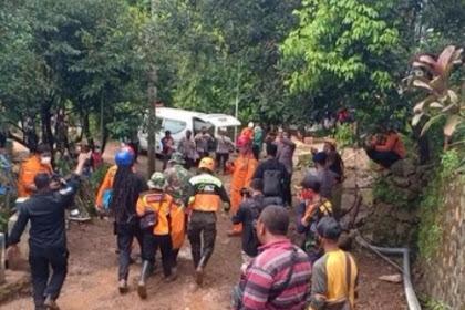 Jenazah ibu dan anak korban longsor Nganjuk ditemukan berpelukkan