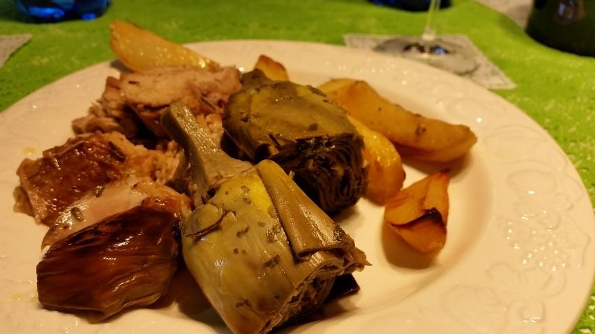 agnello arrosto con patate e carciofi