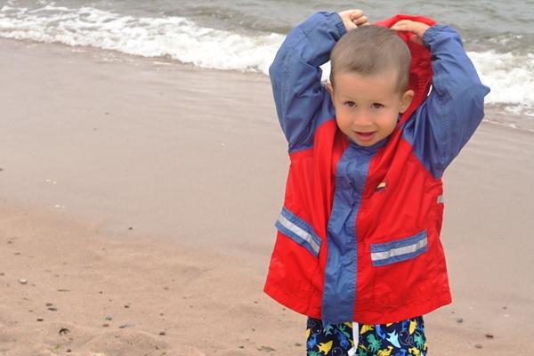 dwulatek w kurtce nad morzem