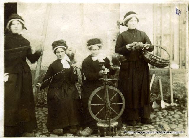photo noir et blanc ancienne : Les Fileuses.