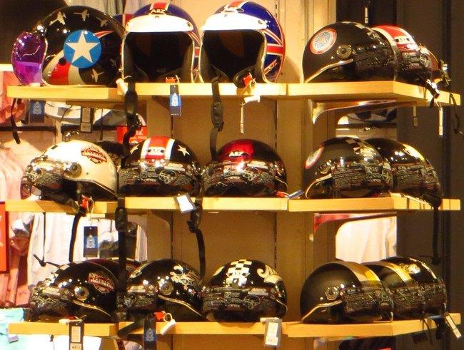 Шлема со стеклом для скутера или мотоцикла.