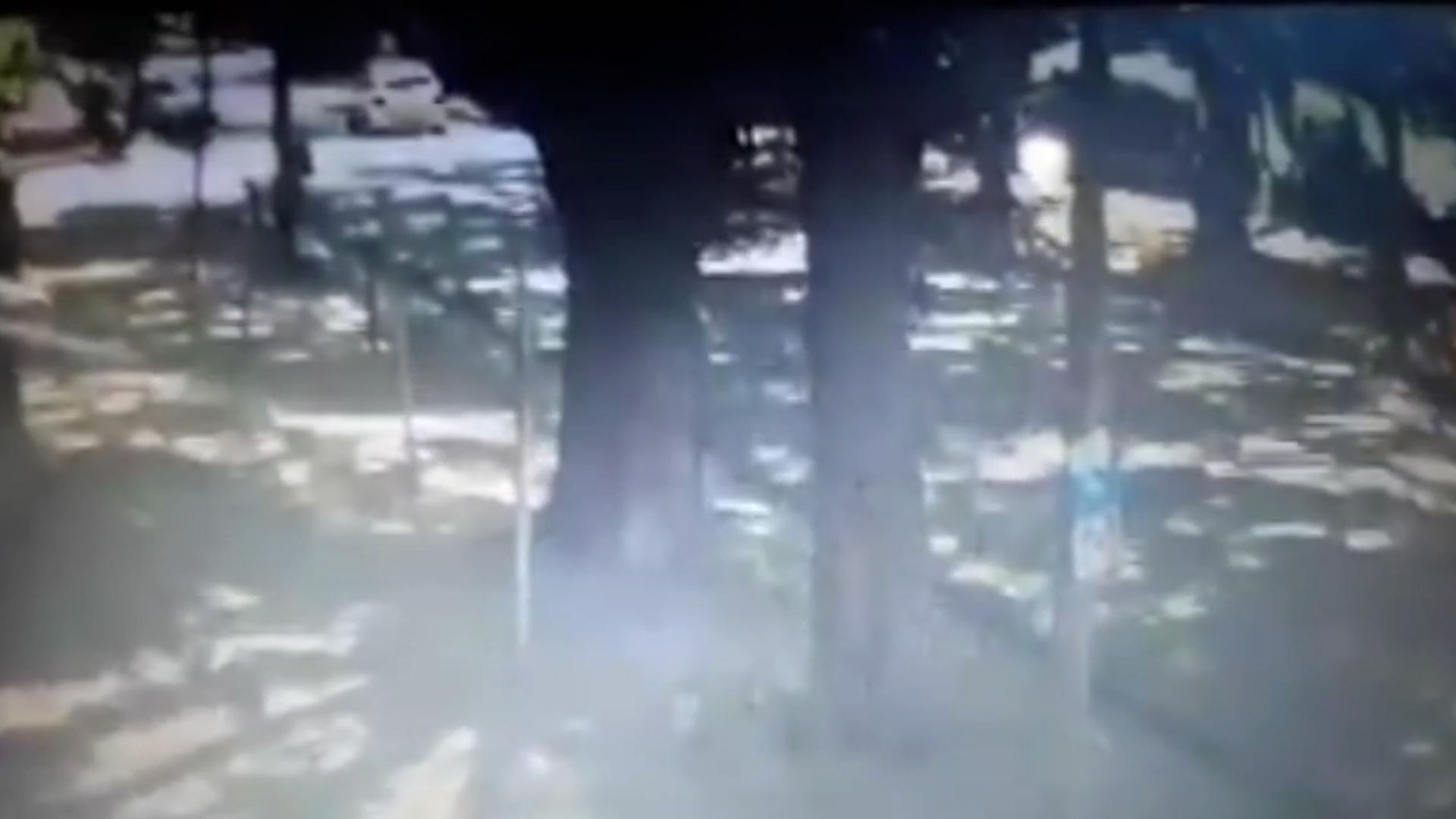 VIDEO: atropelló y mató a una mujer, se dio a la fuga y volvió para recuperar el espejo del auto