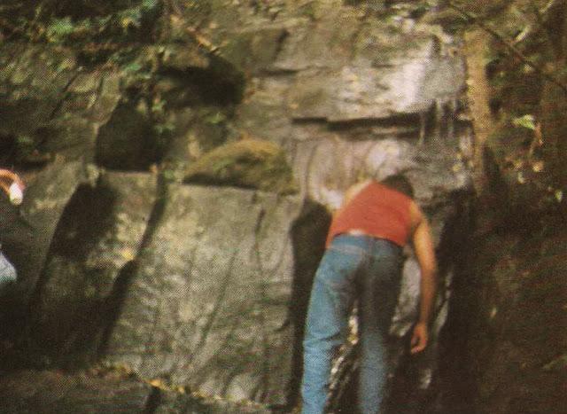 Foto 12 - Aí está uma fonte de água límpida, correndo por entre as rochas do Mestre Álvaro. Foto do autor, outubro de 1989.