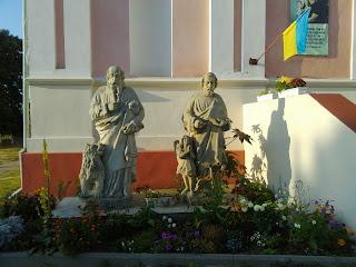 Браїлів. Свято-Троїцька католицька церква. Скульптури св. апостолів Петра і Павла
