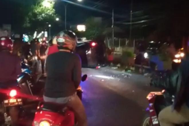 Tabrak Pembatas Jalan, Mobil Rush Terguling Di Bone