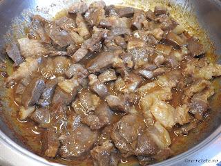 Tigaie cu pastrama de oaie reteta de casa retete pastrami carne prajita cu sos de vin mancare friptura rapida,