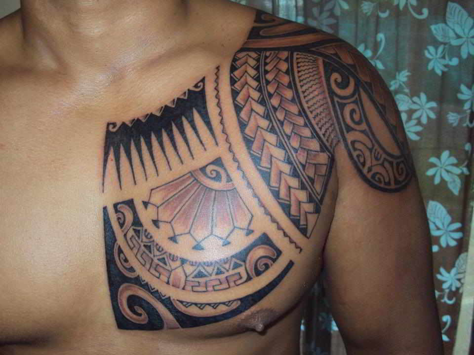 tatuaje maori en el pectoral