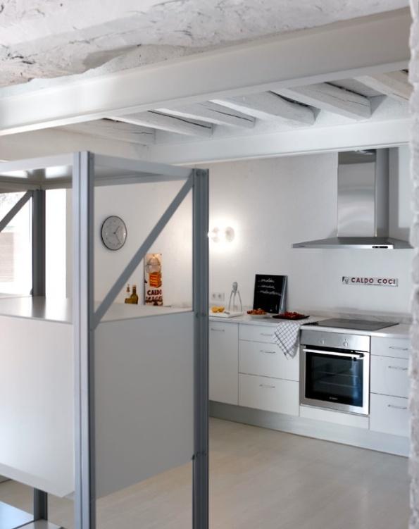 cocina con techo vigas blancas