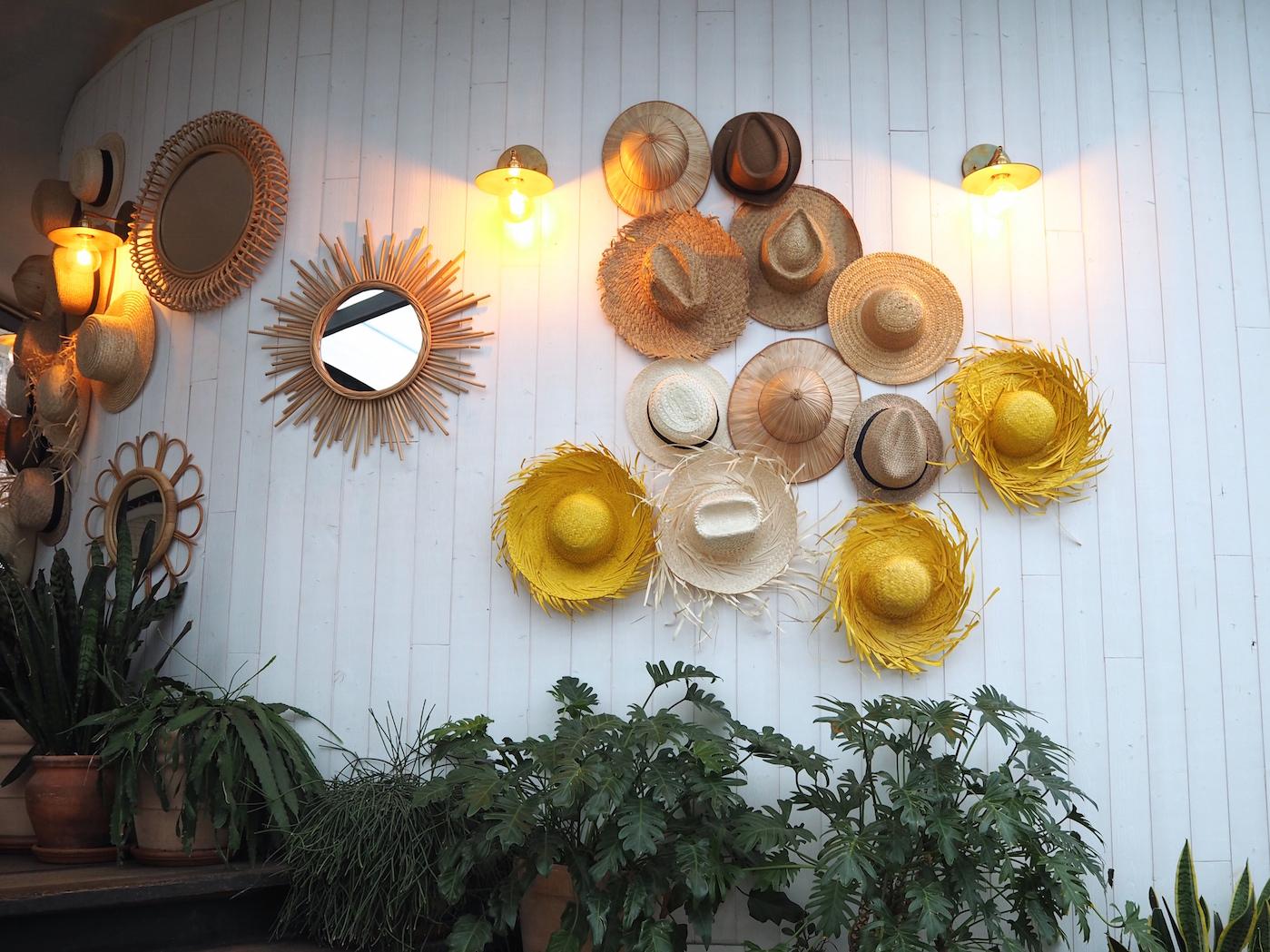brasserie polpo mur de chapeaux