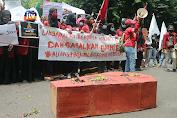Ratusan Massa Geruduk DPRD Bojonegoro Tolak Omnibus Law