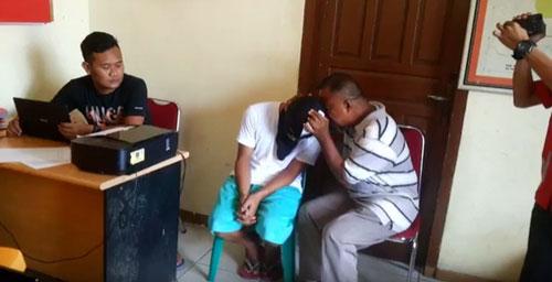 Mantan TNI ini Menangis saat Menyerahkan Anaknya ke Polisi