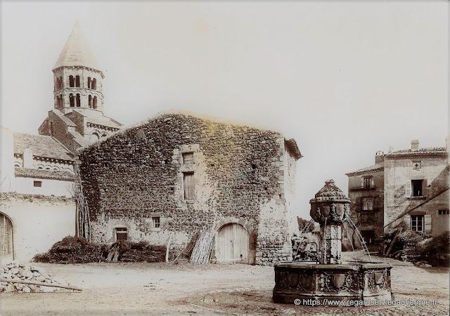 La place de l'ormeau et sa fontaine à Saint-Saturnin.