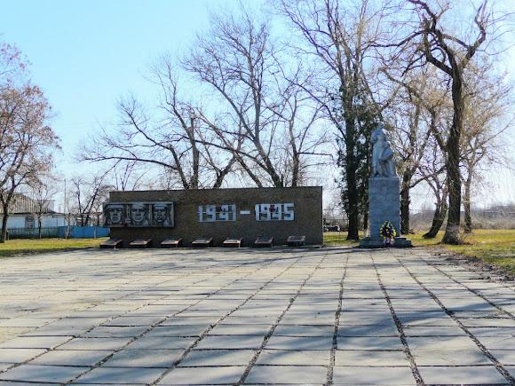 Китайгород. Центральна вулиця. Військовий меморіал