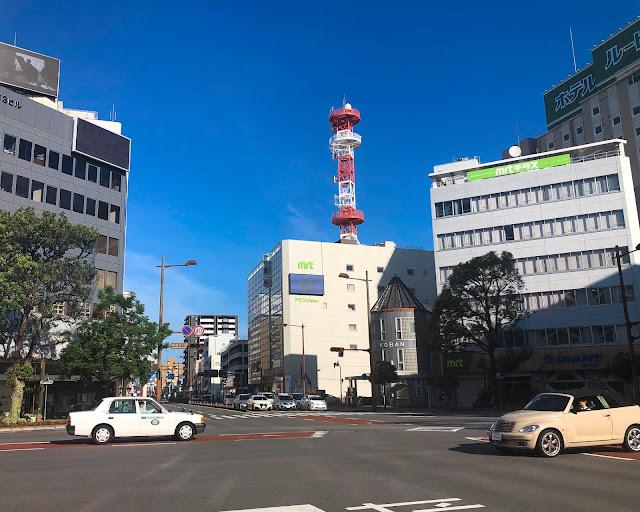 宮崎市の大きな交差点。電波塔が赤い