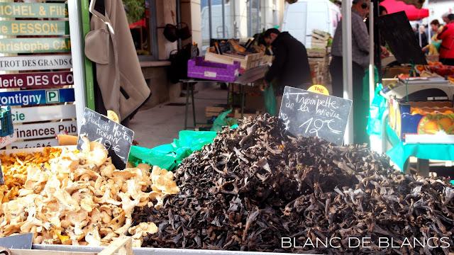 Sieniä myynnissä ranskalaisella torilla - www.blancdeblancs.fi