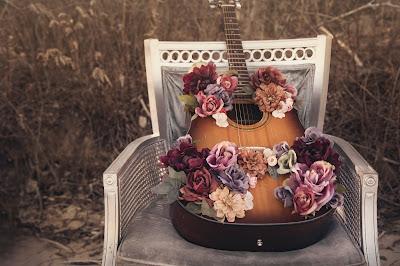 Silla, guitarra y flores