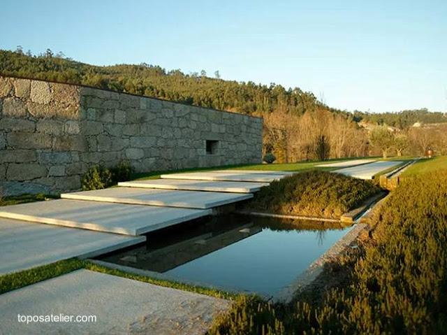 Detalle de un sector de jardín en la residencia contemporánea de piedra portuguesa