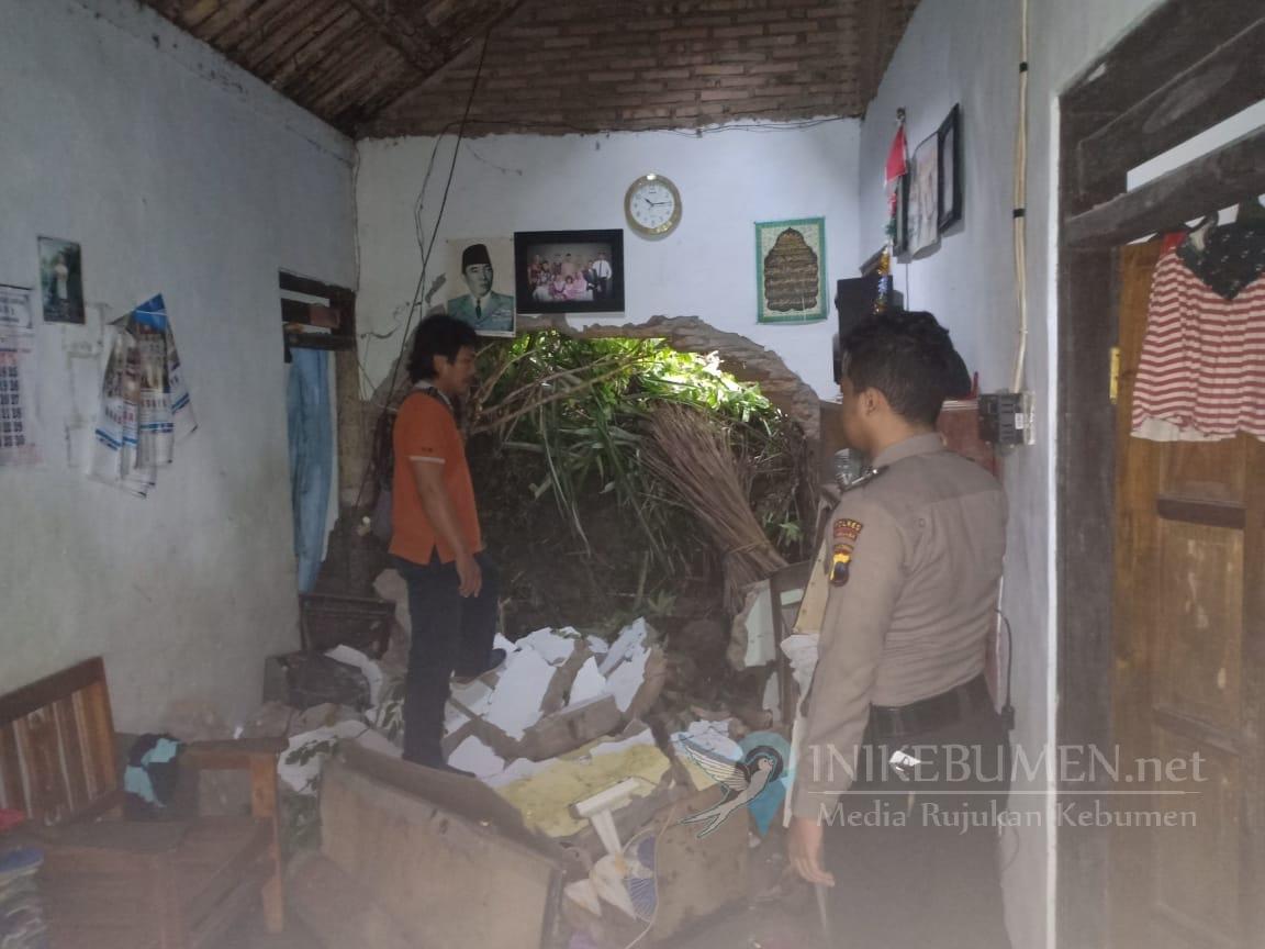 Hujan Semalaman, Rumah Warga Rangkah Jebol Diterjang Longsor