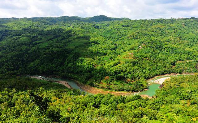 Pemandangan dari Bukit Mojo Gumelem, aliran sungai Oya