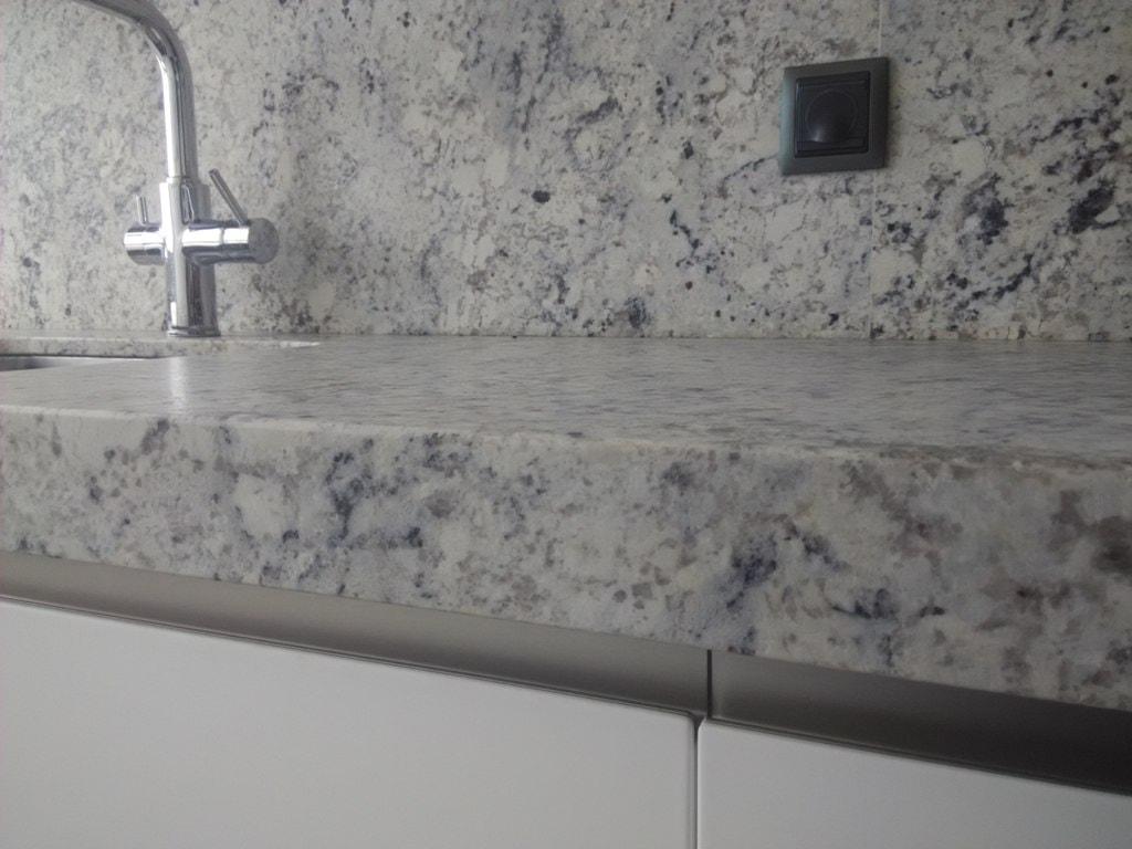 Negro blanco y gris una mezcla que realza una cocina de for Granito gris cristal