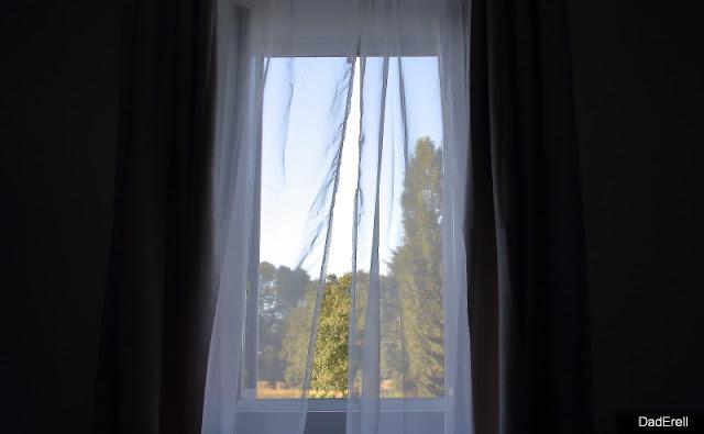 Fenêtre ouvrant sur la campagne